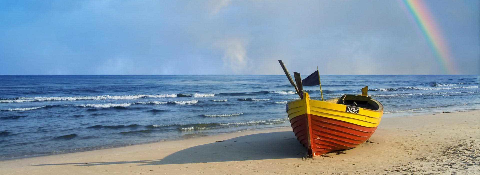 spiaggia barca e arcobaleno